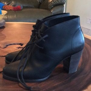 Size 8 ugg leather women's heeled bootie